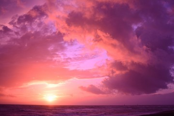 Deurstickers Crimson Breathtaking cloudy sunset sky scenery with vibrant pink colors - perfect for a wallpaper
