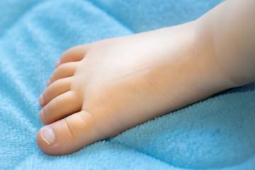 幼児の足の写真。子供の写真。