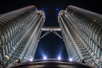 Papiers peints Kuala Lumpur Low Angle View Of Illuminated Petronas Towers Against Sky At Night