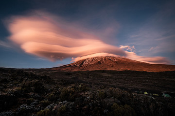 Papiers peints Bleu nuit Kilimandjaro nuage
