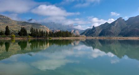 Paisaje idílico con montañas y agua