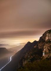 Vista de una carretera desde lo alto de una montaña por la noche