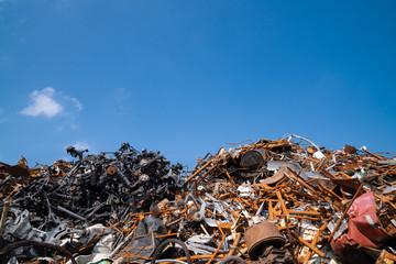 積み上げられたスクラップの写真。環境問題のイメージ。