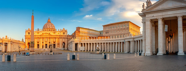 Spoed Fotobehang Oude gebouw Panorama of the square and the Basilica of St. Peter in the Vatican at sunrise