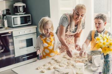 In de dag Hoogte schaal Mom cooking with kids on the kitchen