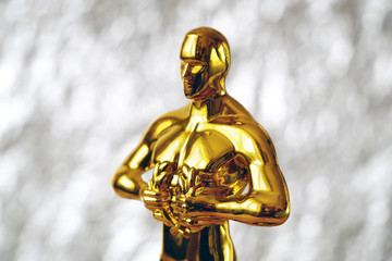 Photo sur Plexiglas Pays d Asie Hollywood Golden Oscar Academy award statue on silver background. Success and victory concept.