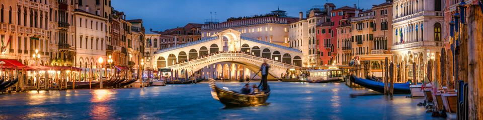 Zelfklevend Fotobehang Bruggen Panoramic view of the Rialto Bridge and Canal Grande in Venice, Italy