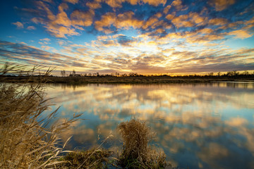 Beautiful sunrise over river banks Fototapete