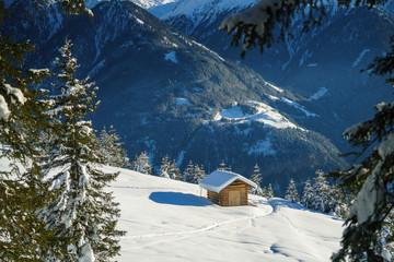 Holzhütte  in den Bergen im Schnee Wall mural