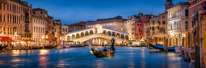 Romantic gondola ride near Rialto Bridge in Venice, Italy Fototapete