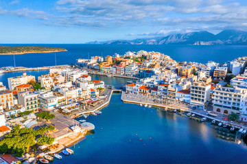 In de dag Mediterraans Europa The lake Voulismeni in Agios Nikolaos, a picturesque coastal town with colorful buildings around the port in the eastern part of the island Crete, Greece