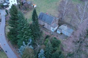kaputtes uraltes Haus, Dachinspektion Luftaufnahme Drohne