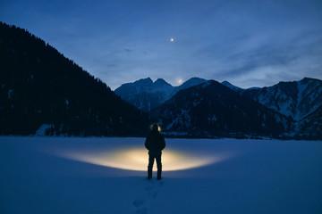 Foto op Aluminium Nachtblauw Man on the mountains at night