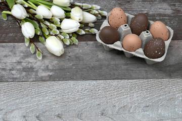 Ostereier mit Tulpen und Weidenkätzchen
