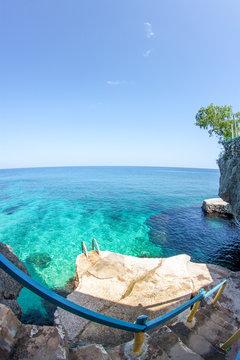 Meeresblick  von den Klippen an der Küste von Jamaika Negril