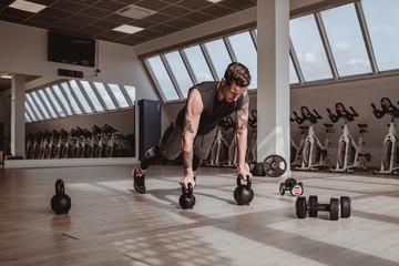 Personal trainer italiano che effettua dimostrazioni visive dei suoi allenamenti, eseguite a corpo libero. Concentrazione, forza e mente sono alla base del suo lavoro.
