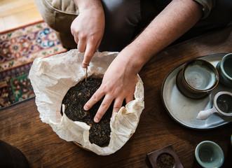 Pu'er tea cake preparation