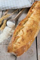 baguette de pain sur une table en bois
