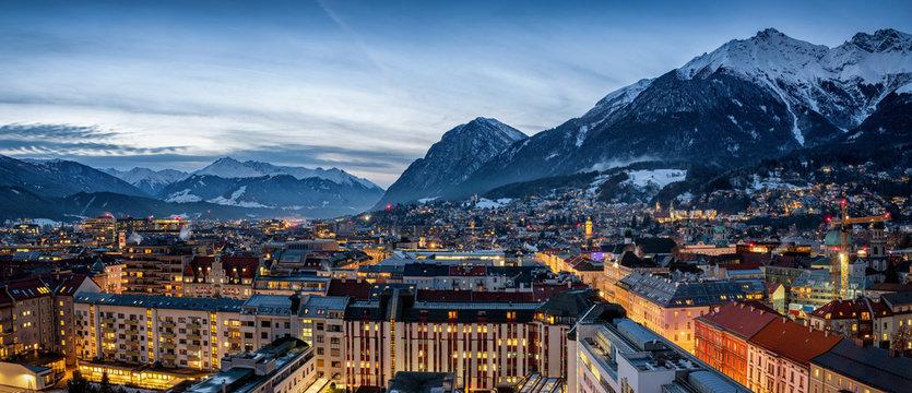 Panorama der Skyline von Innsbruck, Alpen, Österreich, im Winter am Abend mit schneebedeckten Bergen im Hintergrund