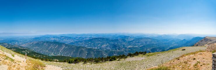 Aussicht vom Mont Ventoux in die Bergwelt Richtung Sisteron