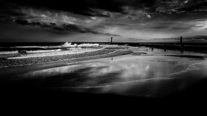 Panorama Landschaft Meer Leuchtturm bei Sturm in monochrom