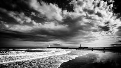 Panorama Landschaft Meer bei Sturm in schwarz weiss