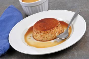 Flan aux œufs et caramel dans une assiette