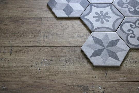 Carreaux ciment gris sur plancher bois, décoration intérieure maison