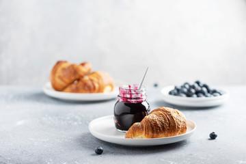 Photo sur Plexiglas Boulangerie croissant and blueberry jam