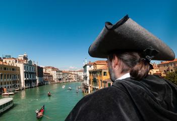 Edelmann blickt auf den Canal Grande
