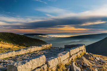 Fototapeta Karkonosze National Park, a beautiful view of the fog and clouds in the setting sun obraz