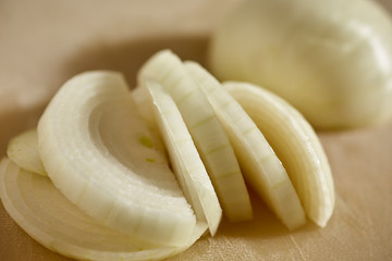 Fototapeta A peeled and sliced yellow onion obraz