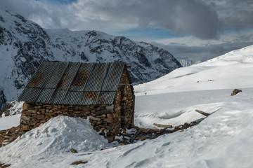 Cabane sur le Plateau d' Emparis en hiver dans les Hautes-Alpes à La Grave