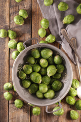 Photo sur cadre textile Bruxelles raw brussels sprouts on wood background