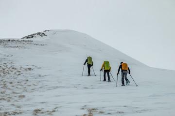 Randonnée en raquettes à neige , massif de l' Oisans , temps gris