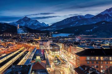Blick über die Dächer von Innsbruck auf die Schneebedeckten Alpen am Abend, Österreich