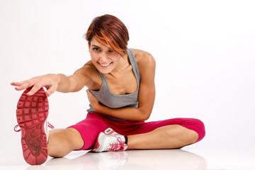 ragazza sportiva con i capelli a caschetto fa stretching dopo aver fatto attvità fisica - isolata su sfondo bianco