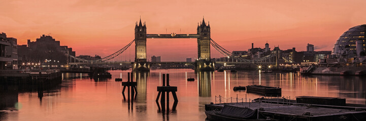 Poster Londres LONDON,UK: Panorama of Tower Bridge, City Hall and the River Thames in early dawn light