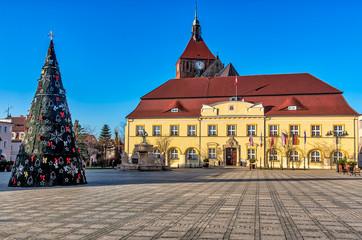 Weihnachtsbaum auf dem Rathausplatz in Darlowo