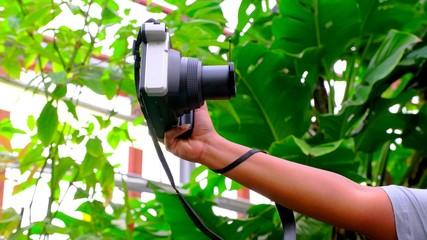 Le bras d'une femme prend un selfie