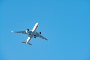 旅客機・飛行機・青空 Fotobehang