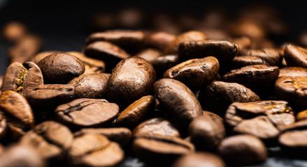 kaffeebohnen braun geröstet auf carbon untergrund