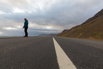 ein Mann steht auf einer einsamen Straße