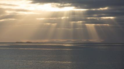 Sonnenvorhang übem Fjord