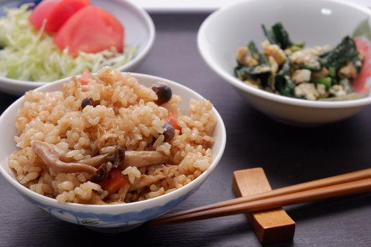 玄米の炊き込みご飯、 にんじん,しめじ,揚げ豆腐を混ぜた玄米炊き込みご飯。