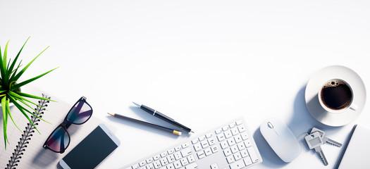 Weißer Schreibtisch mit Leerfläche Querformat