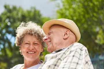 Glückliches Paar Senioren im Sommer