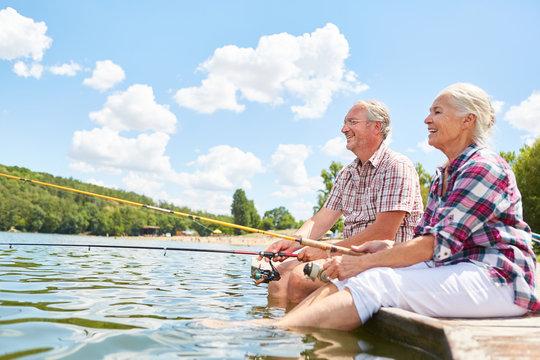 Glückliches Senioren Paar beim Angeln am See