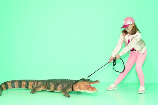 Wild Mädchen mit Krokodil an der Leine funny spazieren grüner Hintergrund