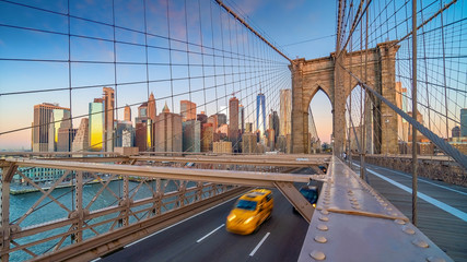 Foto auf Leinwand New York TAXI Brooklyn Bridge in New York City, USA